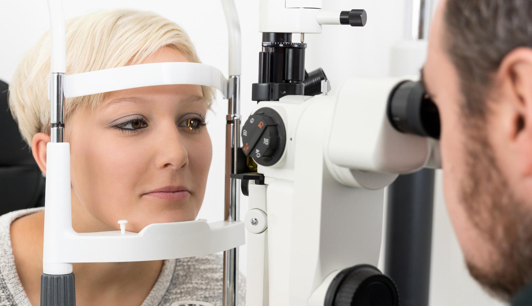 Junge blonde Frau beim Augenarzt